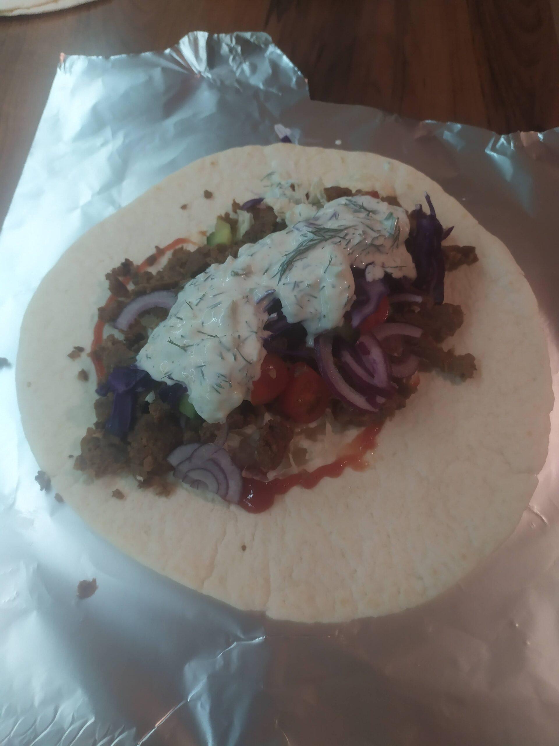 Przepis na kebaba - sos czosnkowy sos koperkowy, mięso i warzywa